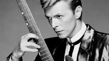Intenso ritratto giovanile di Bowie